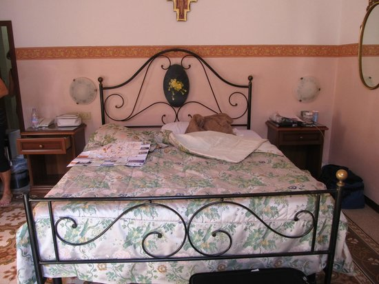 Hotel Desiree: bed