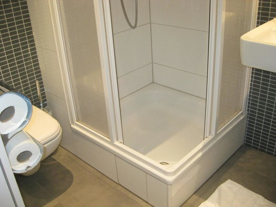 MEININGER Hotel Frankfurt/Main Messe: The bathroom