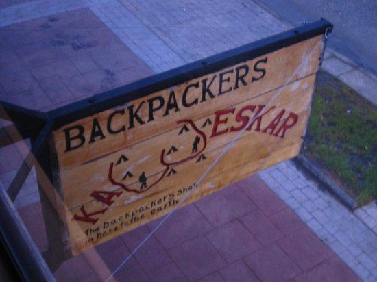 Backpackers Kawashkar: hostel sign from window