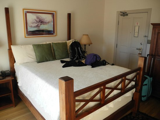 Sierra Grande Lodge & Spa: Bed takes up most of room