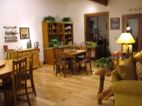 Blue Spruce Bed and Breakfast: Snack area & game table