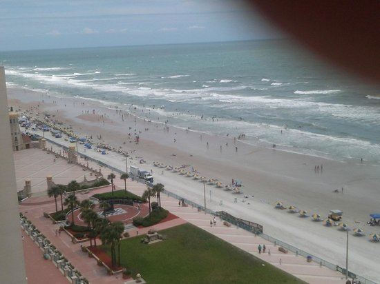 Hilton Daytona Beach / Ocean Walk Village: Enjoy nice breezy walk on the beach