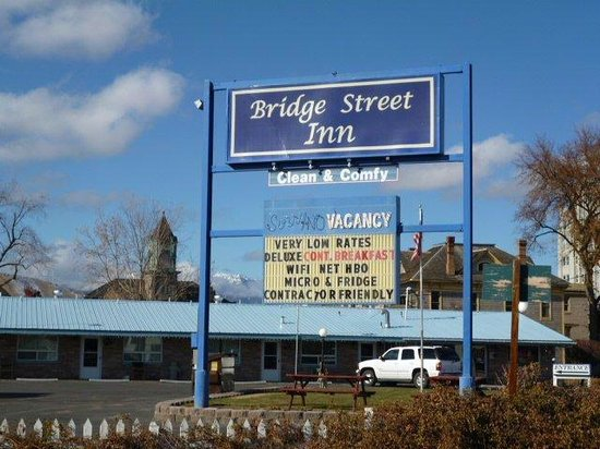 Bridge Street Inn: Sign and Amenities