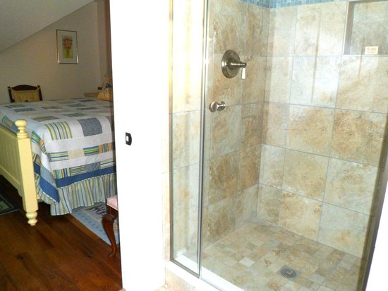 Winding Way Bed and Breakfast: Both B&B rooms have new tiled showers