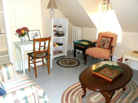 Winding Way Bed and Breakfast: Our guest sitting room is a great place to relax with friends