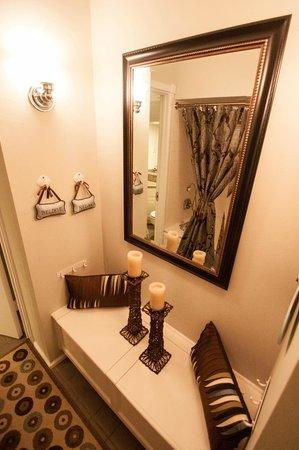 أبيجيلز تري هاوس: Sitting area for bath in Aspen and Jasmine Suites