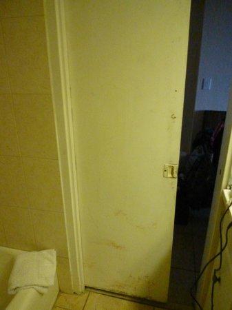 Ocean Manor Beach Resort Hotel: inside of bathroom door did NOT close all the way