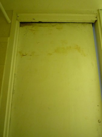 Ocean Manor Beach Resort Hotel: inside of bathroom door