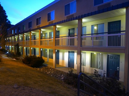 Baymont Inn & Suites Flagstaff: Exterior corridors