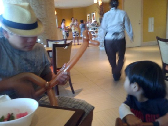 Hilton Orlando Bonnet Creek: Balloon guiter made him very happy