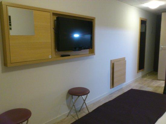 Comfort Suites Lyon Est Eurexpo : TV et table repliable