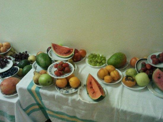سانت سيميون: Petit déjeuner >> Desserte de fruits 