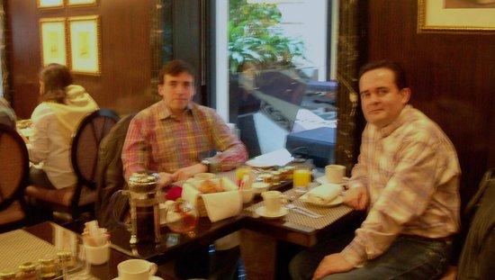 Sofitel Buenos Aires Arroyo: Desayuno continental servido en el comedor.