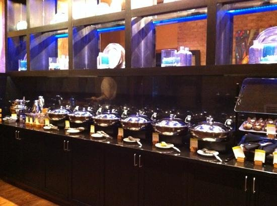 DoubleTree by Hilton Des Moines Airport: The breakfast bar!