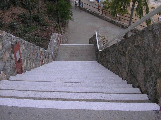 لاس بريساس هواتولكو: One of the steep stairways up from the beach 