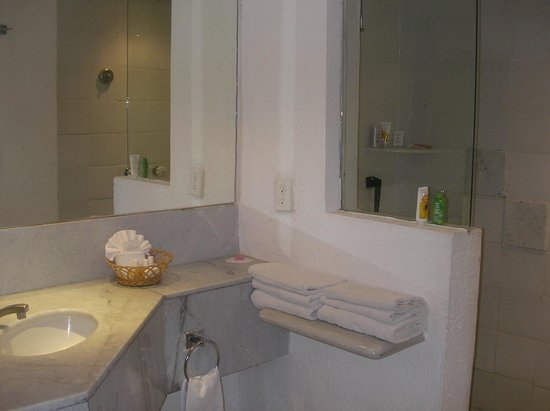 Las Brisas Huatulco: Spacious two sink bathroom