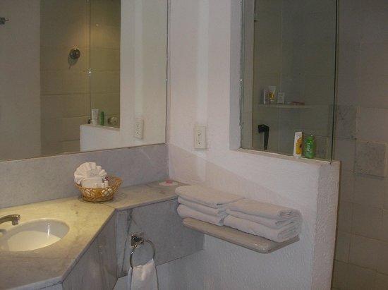 لاس بريساس هواتولكو: Spacious two sink bathroom 