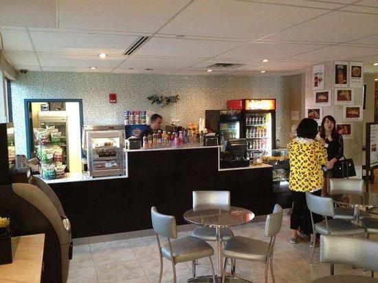Holiday Inn Miami International Airport: Lobby food