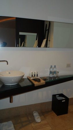Le Parc Hotel: Bathroom in room