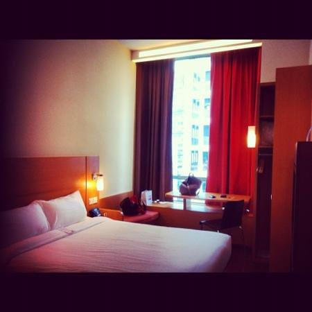 ibis Singapore Novena: queen bedded room