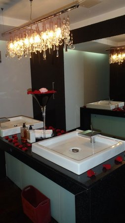 Le Parc Hotel: Bathroom in the restaurant
