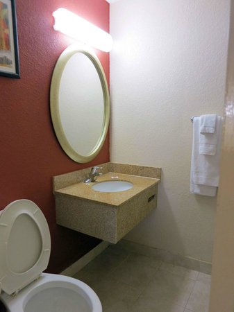Motel 6 Atlanta Downtown: Bathroom Room 215