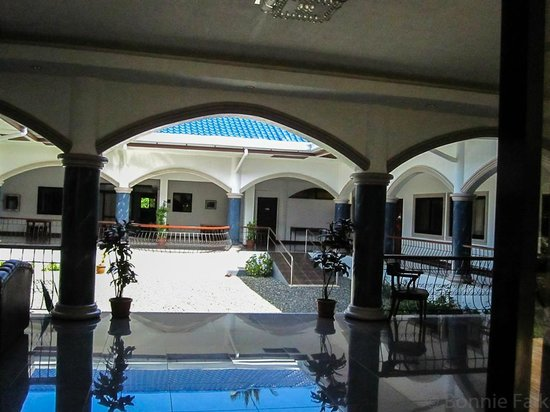 El Cielo Mansion: View of the courtyard from the front entrance, breackfast area across the way