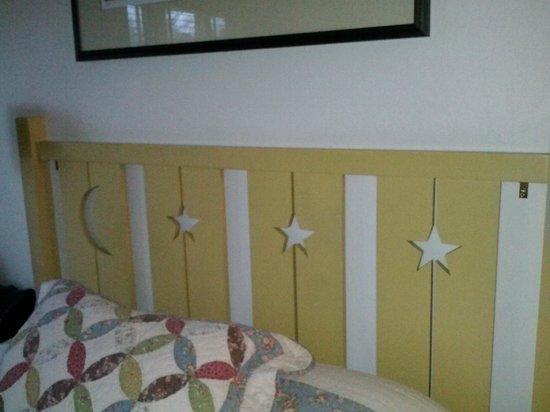 Sonoma Creek Inn: Charming headboard.