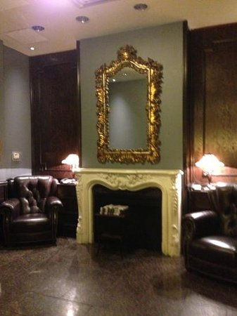 One King West Hotel & Residence: Hall do elevador