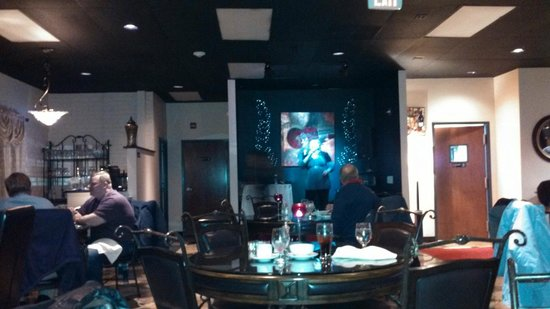 Gunni's Restaurant and Grille : Dinner music sung on the little stage!