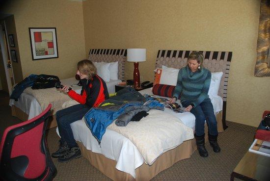 Hotel Le Concorde Quebec: Partial room view - 2 double beds