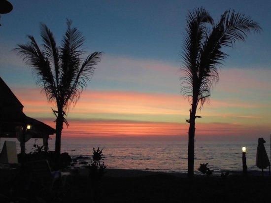 Lanta Palace Resort & Beach Club: Underbart så säg - Solnedgången från vår terass... FREEDOM...