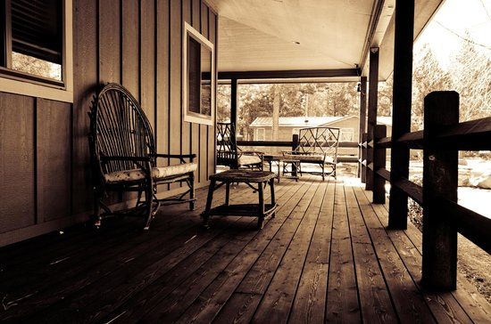 Blue Spruce Bed and Breakfast: Relaxing front porch