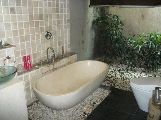 فيلا بوري أيو: semi outdoor private bathroom