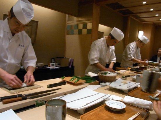 Kyubey Main Restaurant: キビキビした動きの板さんたち