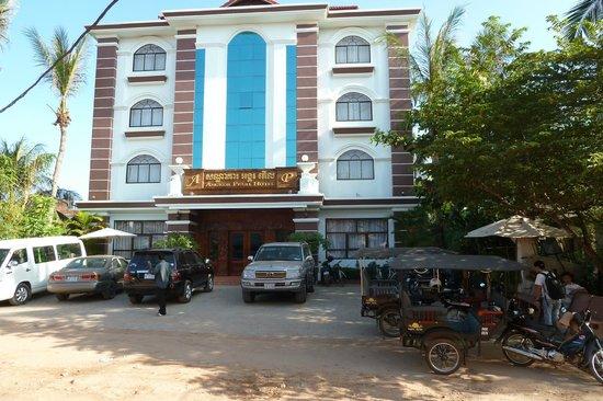 أنجكور بيرل هوتل: front with Tuk tuks 