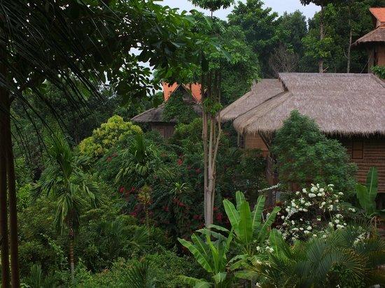 Le Bout du Monde - Khmer Lodge: Vue des bungalows du restaurant
