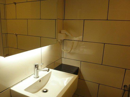 Tune Hotel - Downtown Kuala Lumpur: Bathroom
