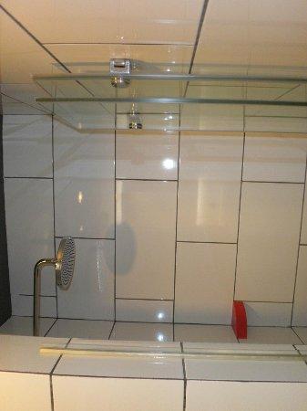 Tune Hotel Kuala Lumpur: Bathroom