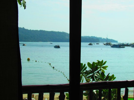 Phi Phi Popular Beach Resort: View from the bedroom over the bay