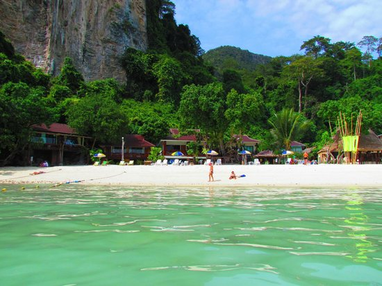 Phi Phi Popular Beach Resort: View from the water back to the rooms at low tide