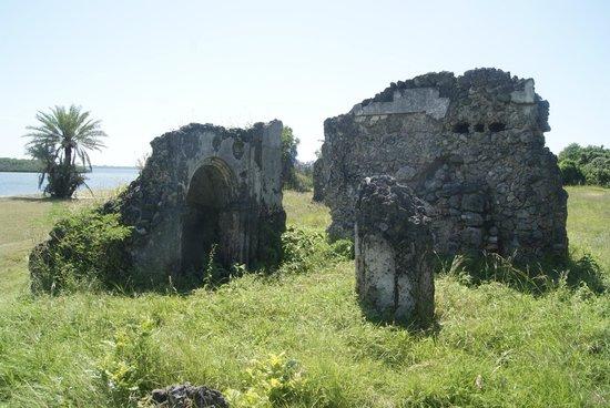 Kilwa Kisiwani: Niet benoemde moskee ruine met zee op de achtergrond
