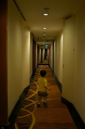 Eastwood Richmonde Hotel: the non-air-conditioned hallway