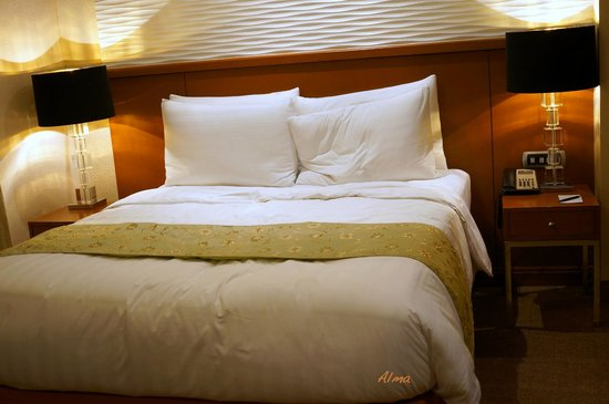 Eastwood Richmonde Hotel: queen size bed