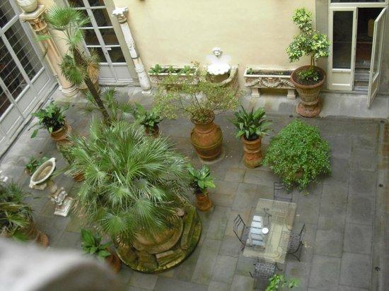 Palazzo Magnani Feroni: interior courtyard