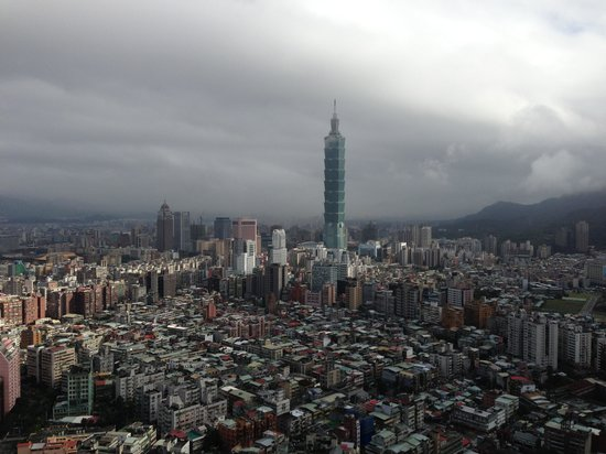 Shangri-La's Far Eastern Plaza Hotel Taipei: View from pool floor