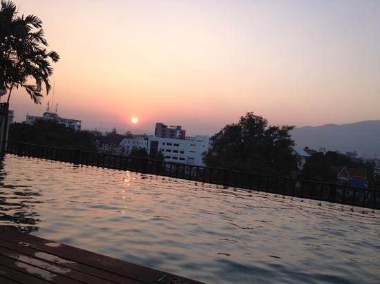 Le Meridien Chiang Mai: tramonto dalla piscina
