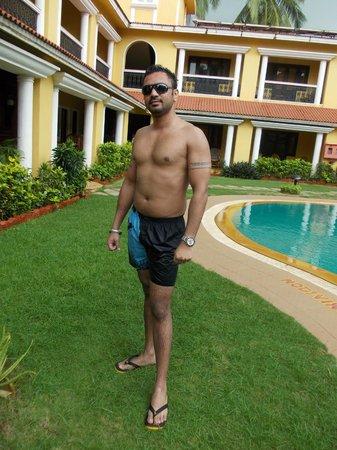 Casa De Goa Boutique Resort: Pool side and room front 
