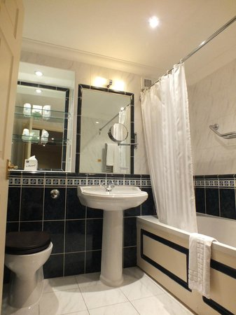 Best Western Plus Kings Lynn Knights Hill Hotel & Spa: Very clean bathroom