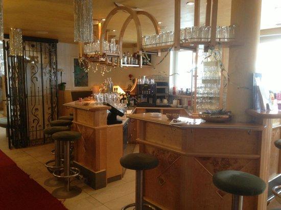 Hotel Alpenrose: Bar, opposite to the restaurant door